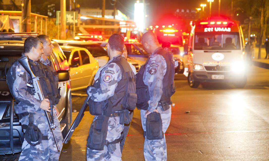 Policiais do Batalhão de Choque deram apoio à operação da prefeitura nas imediações da Avenida Brasil Foto: Fernando Quevedo / Agência O Globo