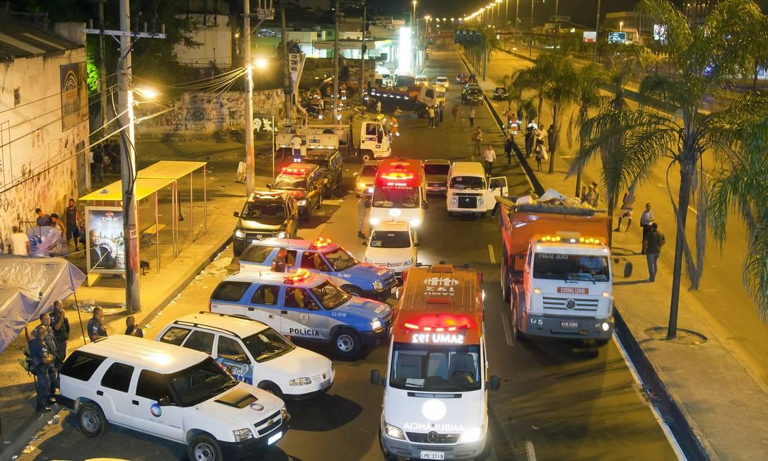 A Avenida Brasil chegou a ser interditada durante a madrugada para a operação da prefeitura de acolhimento aos usuários de drogas Foto: Fernando Quevedo / Agência O Globo