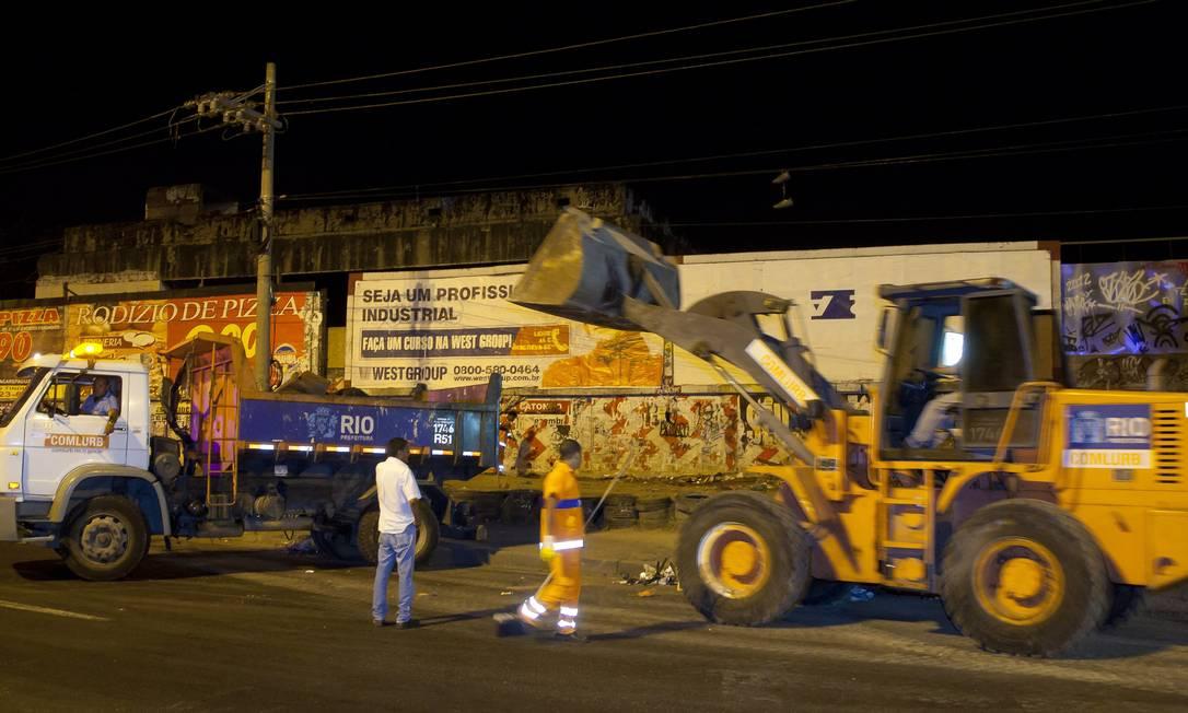 Equipes da prefeitura recolheram materiais usados pelos usuários de crack nas imediações da Avenida Brasil Foto: Fernando Quevedo / Agência O Globo