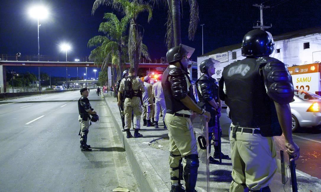 Policiais do Grupamento de Ações Especiais (GAE) também deram apoio à ação da prefeitura no entorno do Parque União Foto: Fernando Quevedo / Agência O Globo