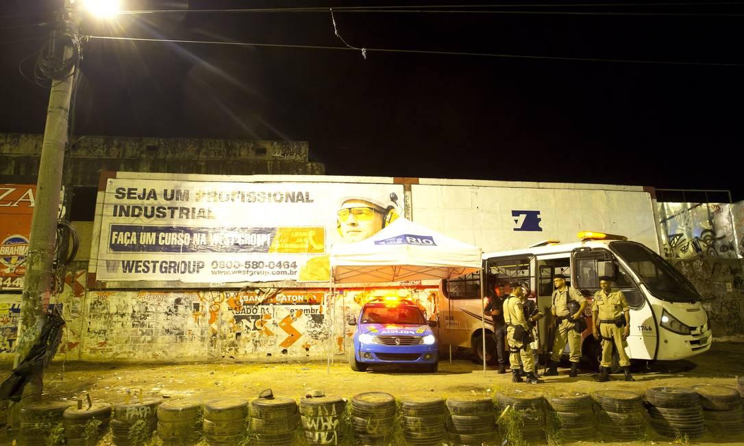 Após o recolhimento de materiais utilizados como moradia pelos usuários, o espaço foi ocupado por policiais militares, que manterão uma viatura no local, acompanhados de guardas municipais Foto: Fernando Quevedo / Agência O Globo