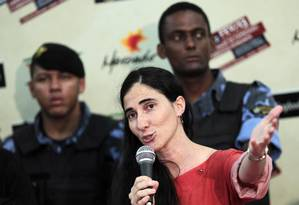 Yoani Sanchéz discursa durante um debate com membros da juventude socialista em Feira de Santana Foto: UESLEI MARCELINO / REUTERS