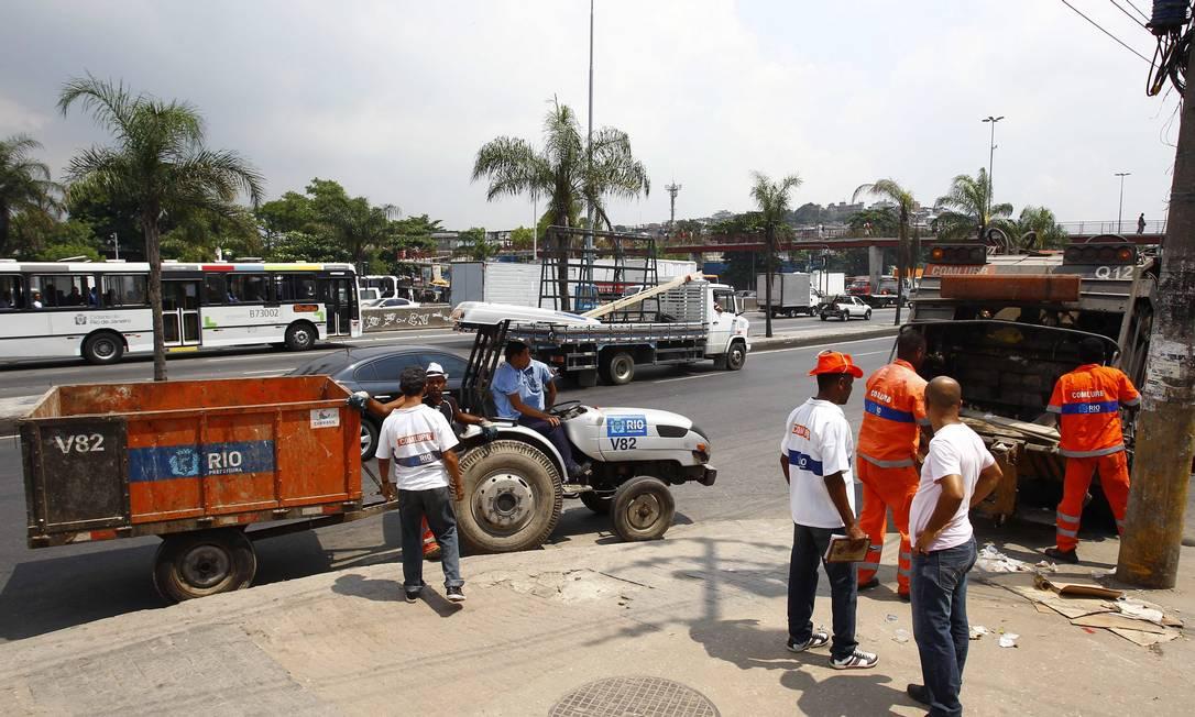 Funcionários da Comlurb recolhem o lixo deixado pelos usuários de crack, nas imediações da Avenida Brasil Foto: Pablo Jacob / Agência O Globo