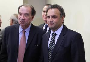Aécio, com o senador Aloizio Nunes Ferreira, na reunião da bancada tucana no Senado Foto: Agência O Globo / Ailton de Freitas