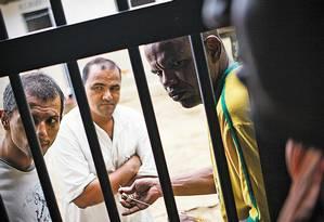 Presos na Penitenciária Odenir Guimarães Foto: André Coelho / Agência O Globo