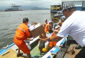 Trabalhadores recebem alimentos após terem invadido um navio chinês no Porto de Santos. Eles protestavam contra contratação de estrangeiros e foram atendidos Foto: MAURICIO DE SOUZA / Estadão Conteúdo