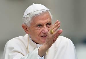 Bento XVI acena para fiéis na Praça São Pedro Foto: VINCENZO PINTO / AFP