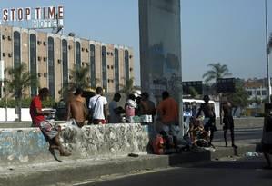 Usuários de crack são flagrados a 200 metros da base montada pela prefeitura na Avenida Brasil Foto: Gabriel de Paiva / O Globo