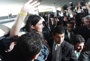 BRASIL - BRASÍLIA - BSB -20/02/2013 - PA - A jornalista e blogueira cubana Yoani Sánchez acena em sua chegada a Brasília para visita à Câmara dos Deputados onde debaterá liberdade de expressão. Foto ANDRÉ COELHO / Agência O Globo Foto: André Coelho / Agência O Globo