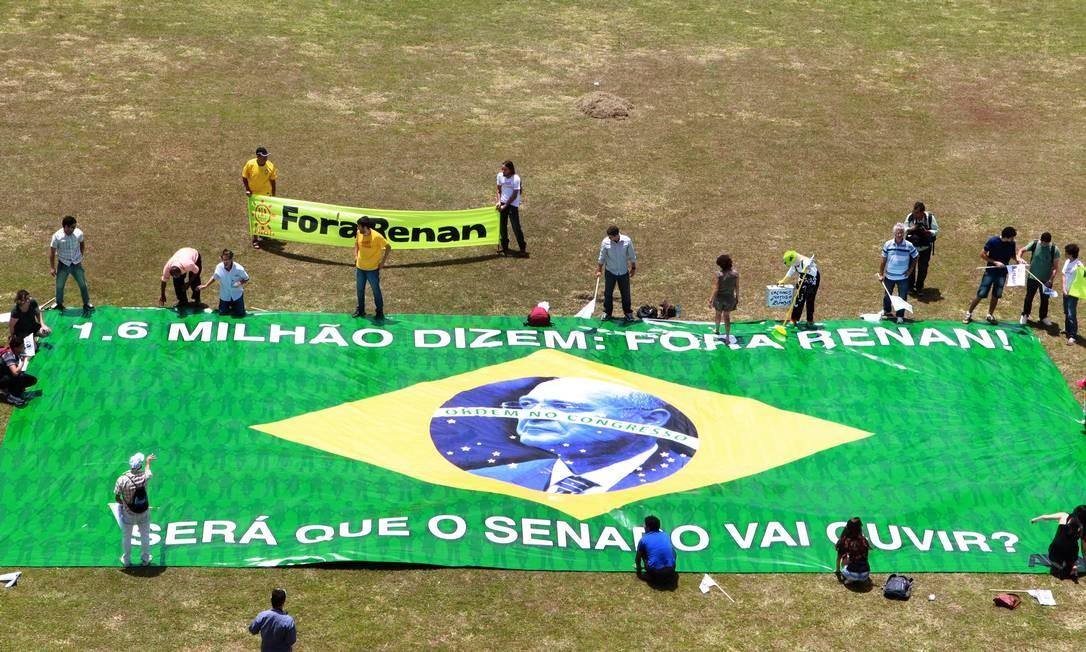 Grupo protesta antes de entregar lista com 1,6 milhão de assinaturas pelo afastamento Renan da presidência do Senado, em fevereiro Foto: Givaldo Barbosa / O Globo