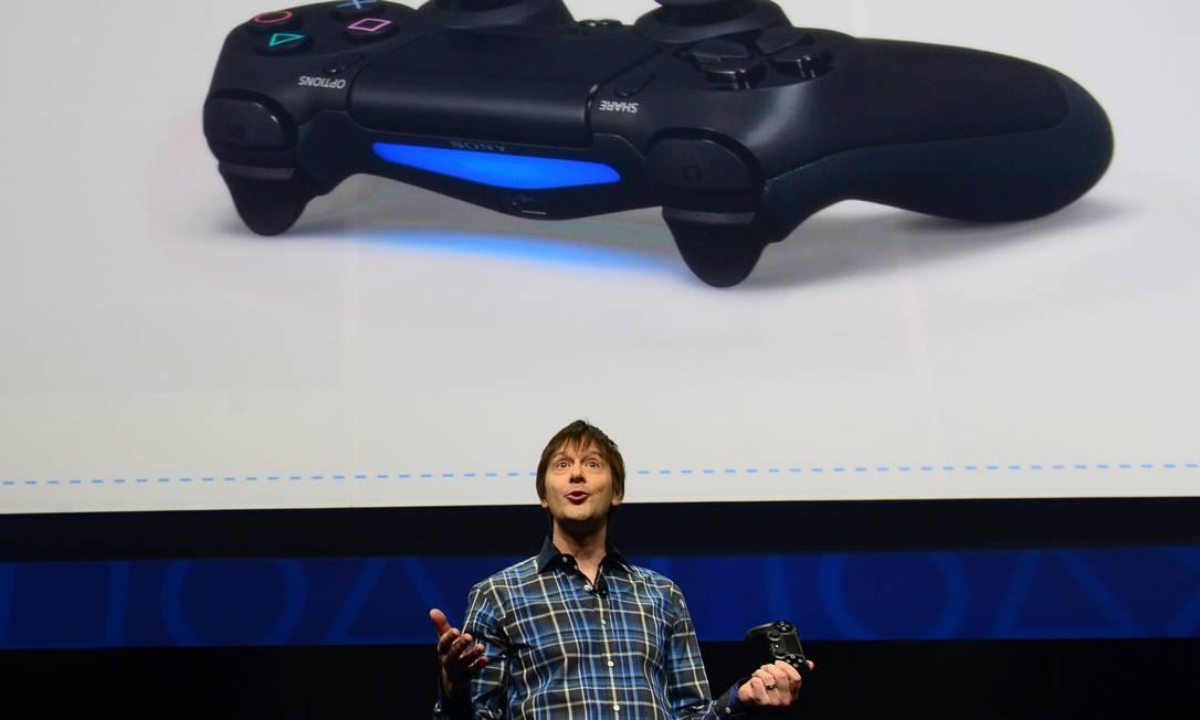 O designer de games da Sony Mark Cerny fala sobre o novo controle Bioshock 4, na apresentação do PlayStation 4 Foto: EMMANUEL DUNAND / AFP