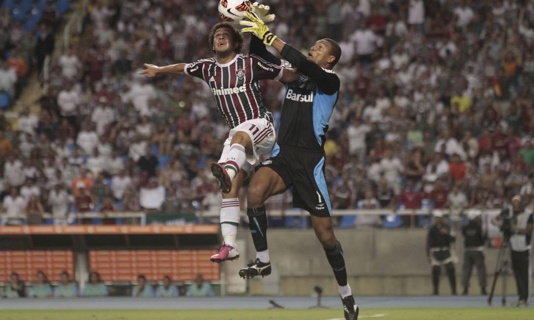 Wellington Nem disputa bola pelo alto com Dida Foto: Reginaldo Pimenta / Agência O Globo