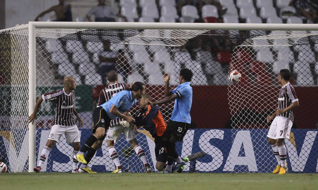 Diego Cavalieri saiu mal e a bola cabeceada por Bruno morreu no gol do Fluminense Foto: Alexandre Cassiano / Agência O Globo