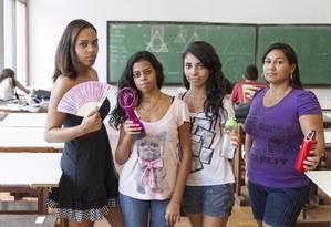 Estudantes buscam alternativas para fugir do calor em sala de aula Foto: Agência O Globo / Daniela Dacorso