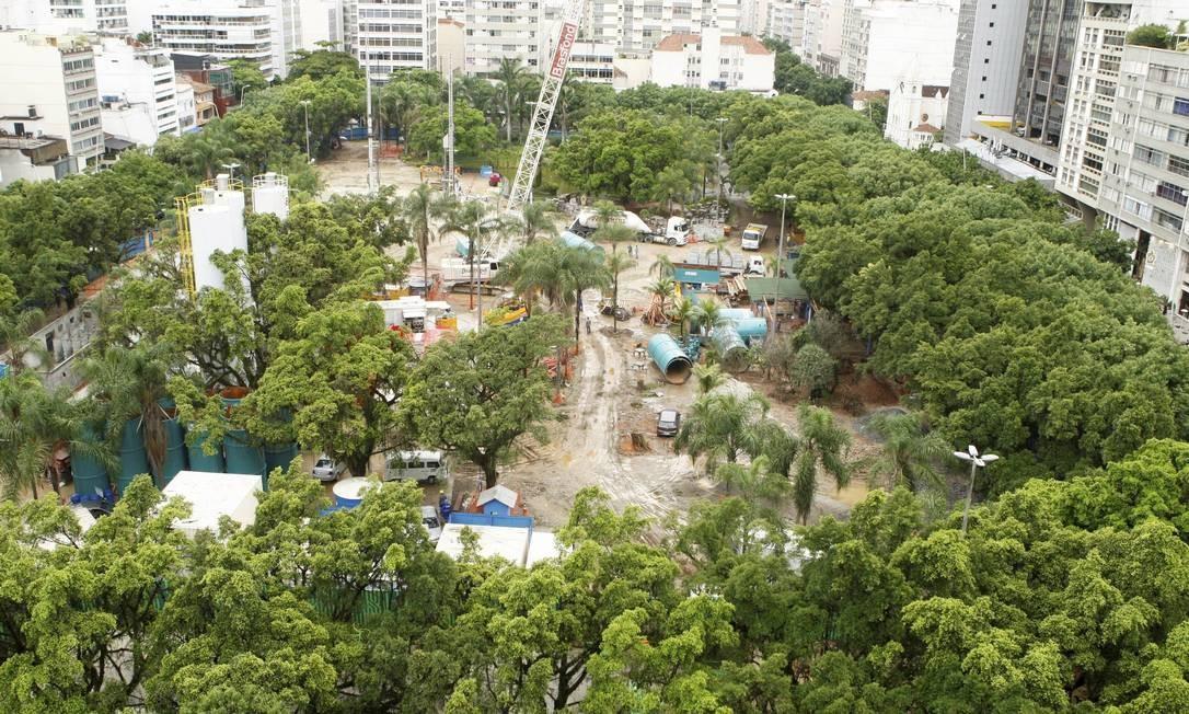 Obras da Linha 4 do Metrô na Praça Nossa Senhora da Paz, em Ipanema em 29/01/2013 Foto: Gustavo Stephan / O Globo
