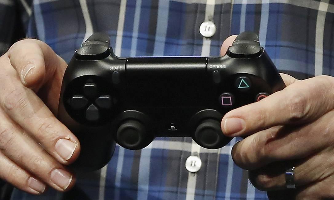 O joystick DualShcok 4 foi o único pedaço de hardware do PS4 mostrado de fato pela Sony Foto: BRENDAN MCDERMID / REUTERS