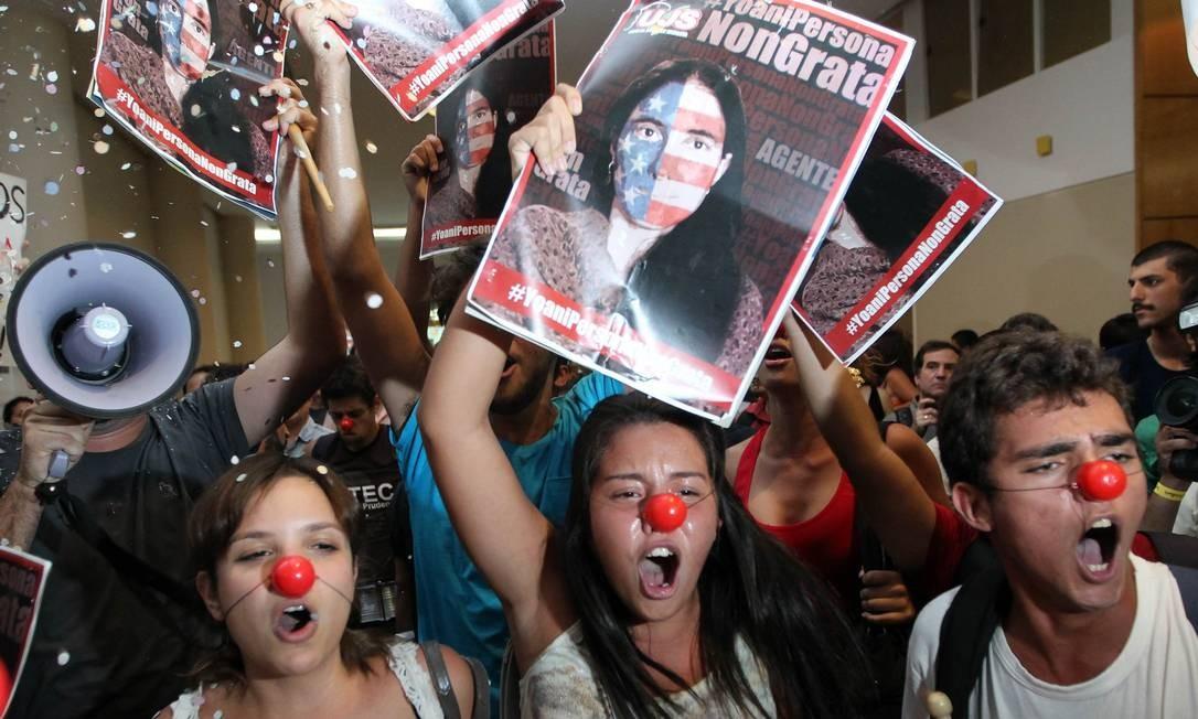 Manifestantes interrompem noite de autógrafos de blogueira cubana em São Paulo Foto: PAULO WHITAKER / REUTERS