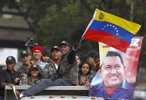Apoiadores de Chávez em frente a hospital militar onde ele estaria internado, em Caracas Foto: Carlos Garcia Rawlins / REUTERS
