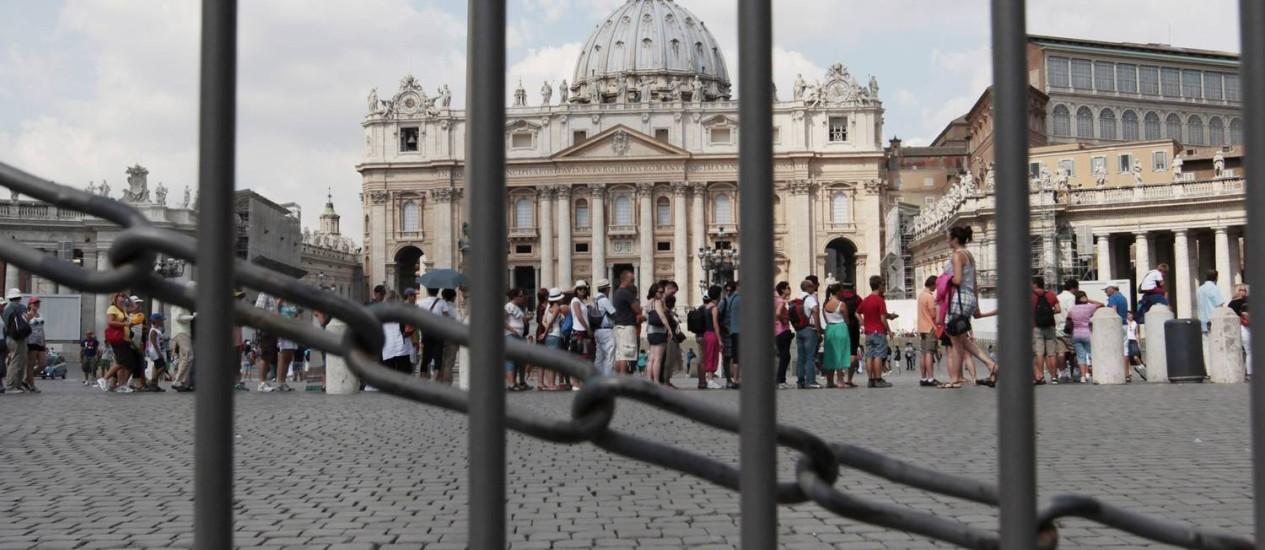 Turistas se reúnem na praça de São Pedro no Vaticano Foto: Gregorio Borgia / AP