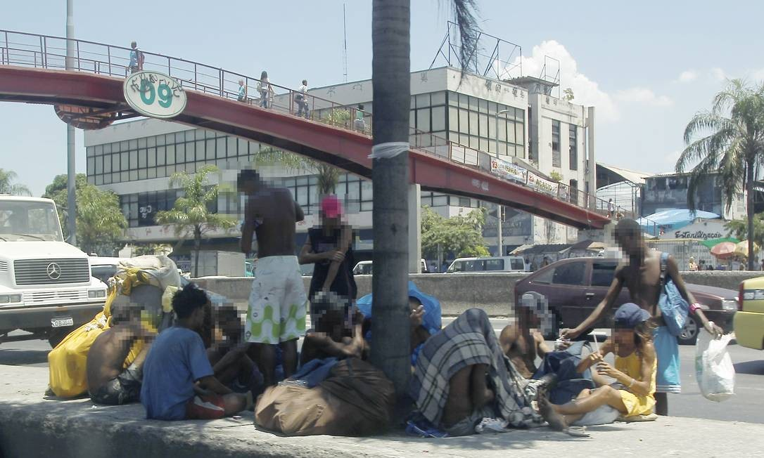 Uso de drogas. Dependentes se aglomeram num canteiro da Avenida Brasil Foto: Gabriel de Paiva / O Globo
