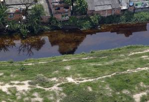 Óleo pode ser visto no afluente do Rio Iguaçu, em Caxias Foto: Custódio Coimbra / O Globo