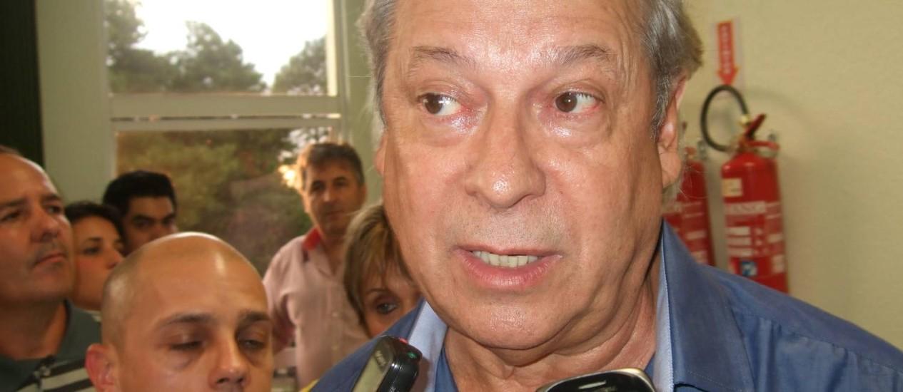 José Dirceu fala com a imprensa em Chapecó Foto: Agência O Globo / Edu Vial
