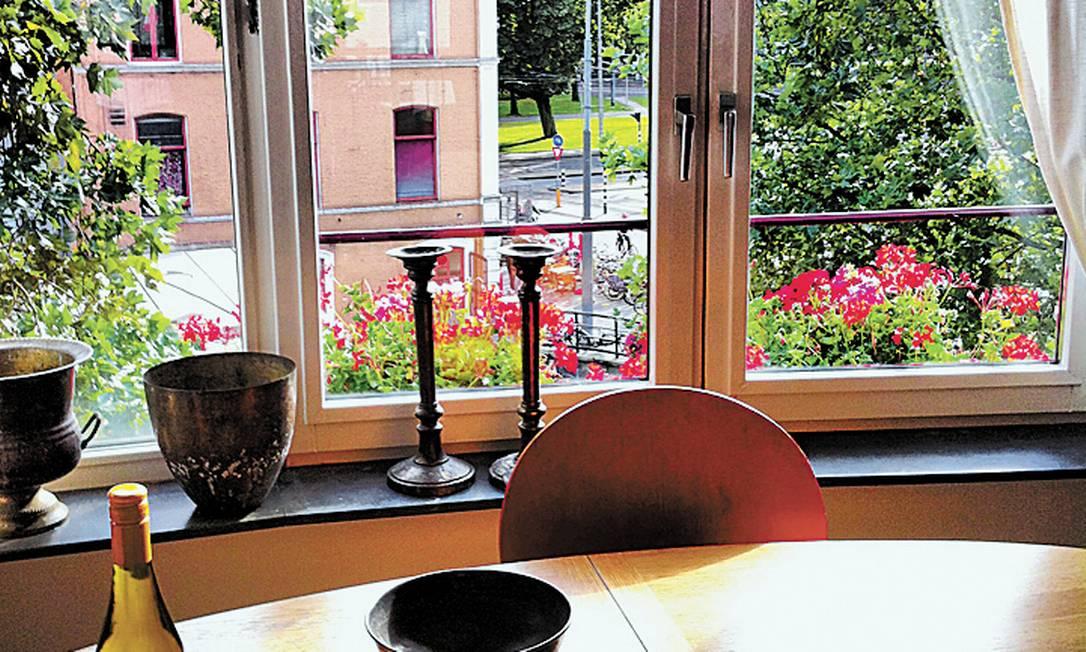 Vista da sala do apartamento escolhido em Amsterdã Foto: Cibelle Brito / O Globo