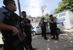 Tensão no ar. PMs da UPP montam guarda na Vila Cruzeiro, na Penha, ocupada desde novembro de 2010: anteontem à noite, traficantes enfrentaram policiais e feriram um deles Foto: Alexandro Auler / Extra/O Globo