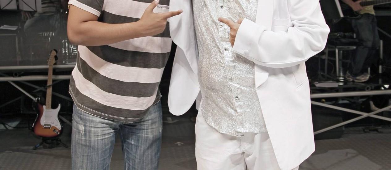 """Herdeiro. Carmelo Maia abraça Thiago Abravanel, ator que viveu seu pai no musical """"Vale tudo"""" Foto: Leonardo Aversa/ 1-8-2011 / O Globo"""