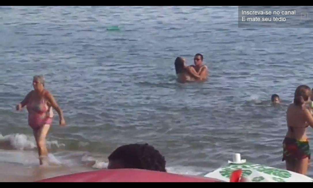 Casal é flagrado fazendo sexo em praia lotada em Rio das Ostras e vídeo cai na web Foto: Reprodução internet