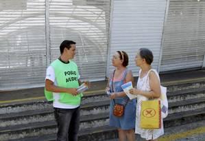 Funcionário tenta esclarecer dúvidas de duas usuárias do Metrô em frente à estação General Osório, fechada por dez meses a partir deste sábado Foto: Cezar Loureiro / Agência O Globo