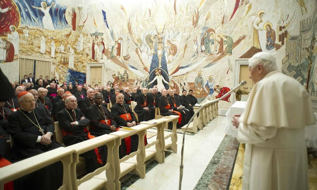 Papa Bento XVI dirige-se aos cardeais neste sábado Foto: REUTERS