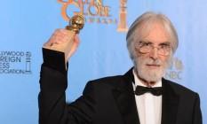 O diretor Michael Haneke posa com o prêmio de melhor filme estrangeiro por 'Amor' / Foto: AFP