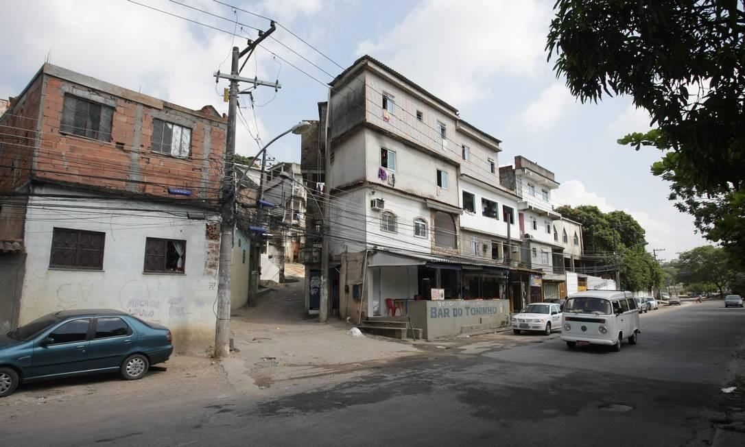 Na Vila Juaniza, na Ilha do Governador, moradores são vítimas de bala perdida Foto: Fábio Guimarães / Extra / O Globo
