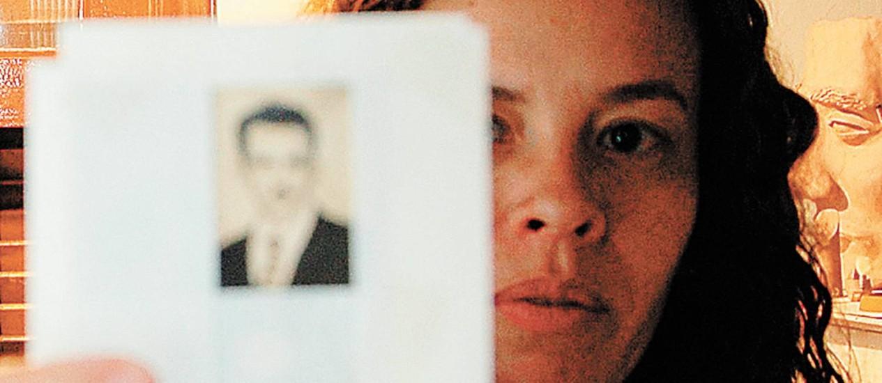 Telma Lucena com foto do pai, morto na sua frente, quando tinha 3 anos Foto: Isaumir Nascimento/28-10-2005