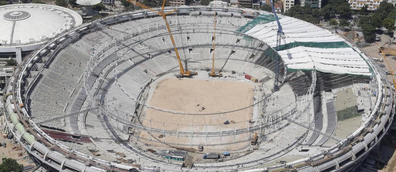 O estádio do Maracanã em reformas. Parte do teto e das cadeiras foram colocados. Estádio vai receber as finais da Copa das Confederações e do Mundial de 2014 Foto: Ricardo Moraes / Reuters