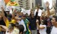 No sábado, manifestantes interrompem o trânsito na Avenida Paulista e pedem a renúncia d senador Renan Calheiros da presidência do Senado