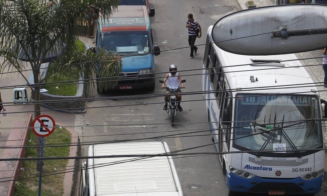 Vans ilegais disputam passageiros com as regularizadas no bairro de Alcântara Foto: Marcelo Carnaval / O Globo