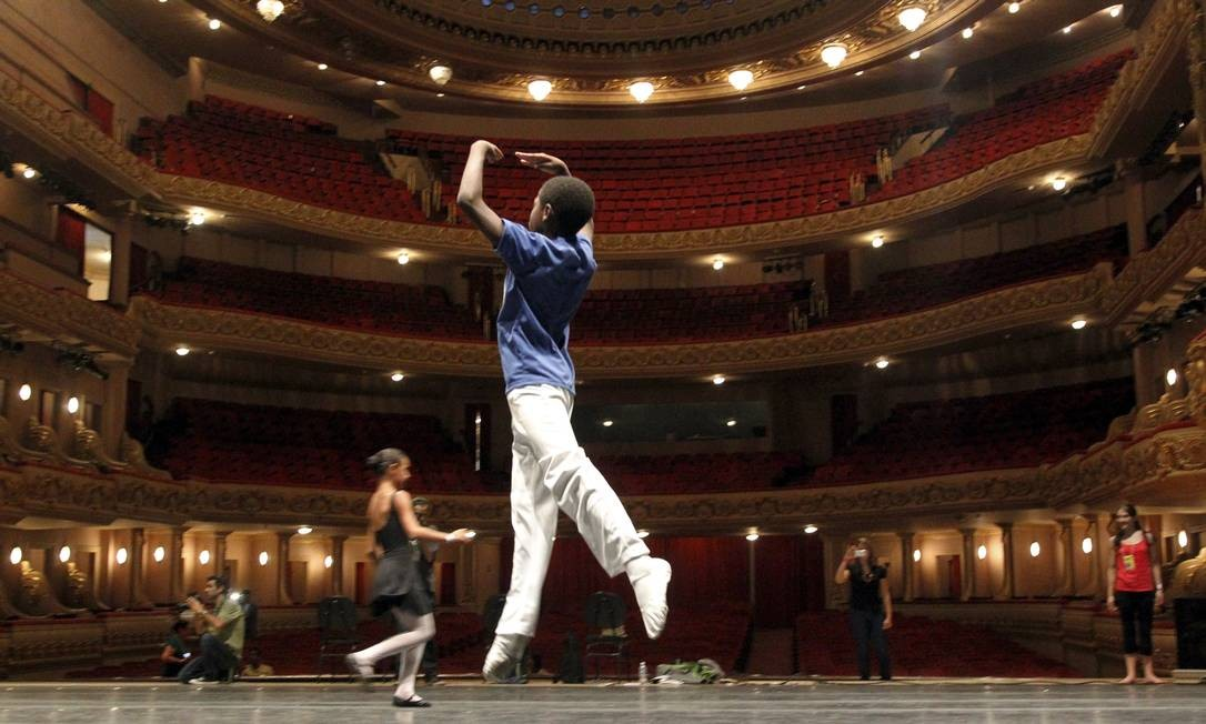 Moradores de comunidades do Rio participam de workshop gratuito da companhia britânica de balé Royal Opera House, no Theatro Municipal Foto: Gabriel de Paiva / O Globo