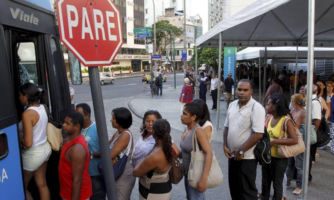 Fechamento de duas estações do metrô deixa a estação da Siqueira Campos, em Copacabana, com grandes filas nos ônibus da companhia Foto: Gabriel de Paiva / Agência O Globo