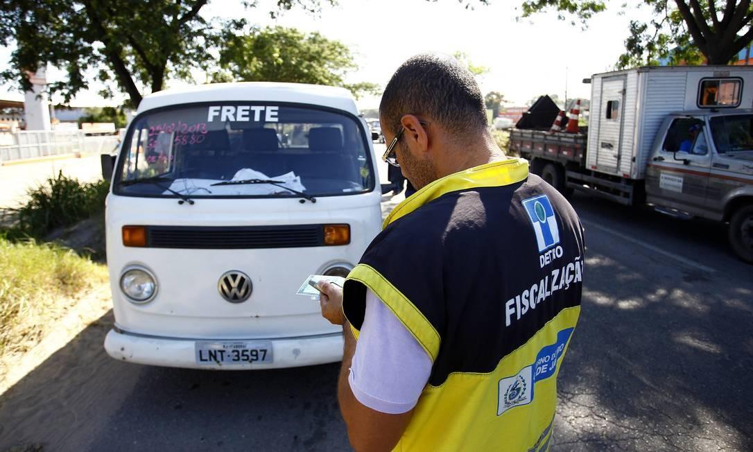 Operação do Detro com o apoio da Polícia Militar em São Gonçalo para combater o transporte pirata na cidade Foto: Pablo Jacob / O Globo