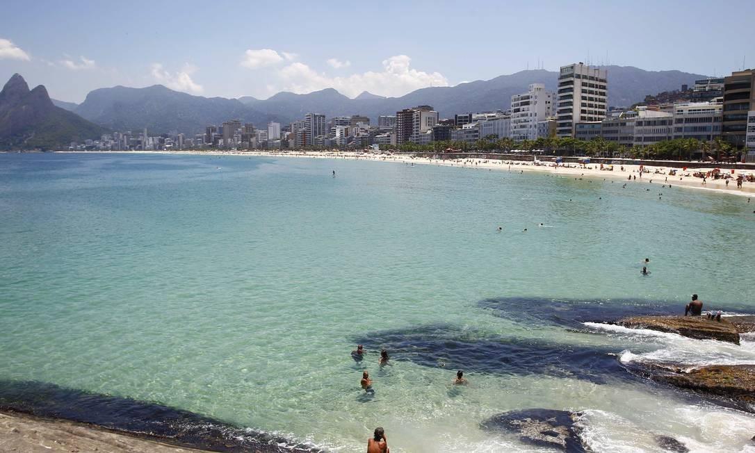 A praia parece até uma piscina Foto: Pablo Jacob / O Globo