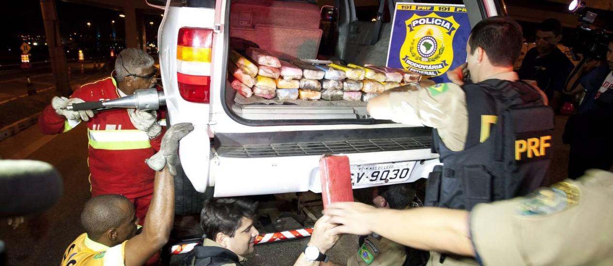Veículo trazia escondido cinquenta quilos de pasta de cocaína Foto: Fernando Quevedo / O Globo