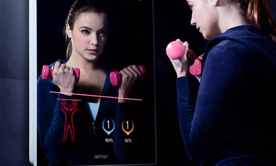 O Cybertecture Mirror é um espelho com tecnologia touch screen que traz facilidades como o acesso a internet — para checar mensagens enquanto escova os dentes, por exemplo — ou, ainda, o acompanhamento de exercícios de ginástica Reprodução internet