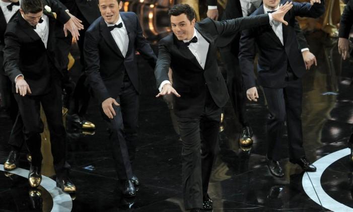 Seth MacFarlane cantou e dançou, ao lado dos atores Joseph Gordon-Levitt e Daniel Radcliffe, na apresentação do Oscar Foto: AP