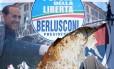 Poster do partido de Berlusconi rasgado após as eleições da Itália, que derrubaram Bolsas na Europa