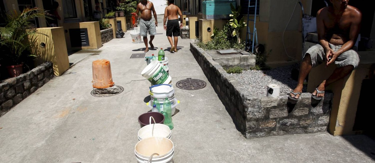 Moradores de Vila em São Cristóvão continuam com problemas de falta de abastecimento de água Foto: Custódio Coimbra / O Globo