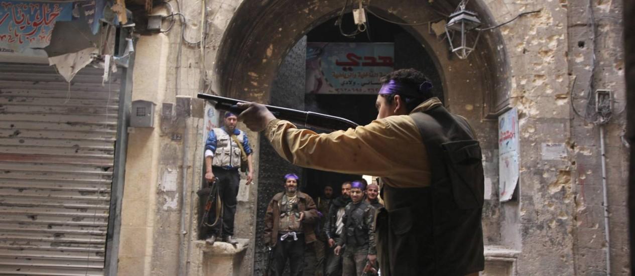 Soldado do Exército Livre da Síria em combate em Aleppo Foto: STRINGER / REUTERS