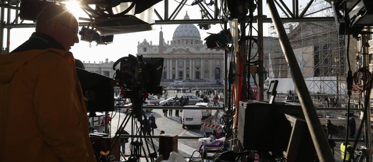 Um técnico trabalha na instalação de equipamentos para a despedida do Papa dos fiéis, na Praça São Pedro Foto: ALESSANDRO BIANCHI / REUTERS