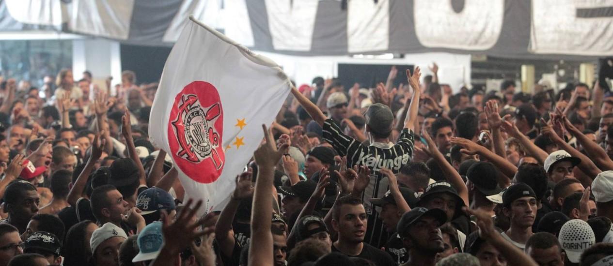 Membros da Gaviões da Fiel vão acompanhar o jogo na quadra da escola de samba da torcida Foto: Eliaria Andrade / O Globo